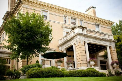 Cotton Mansion Bed & Breakfast, Duluth,